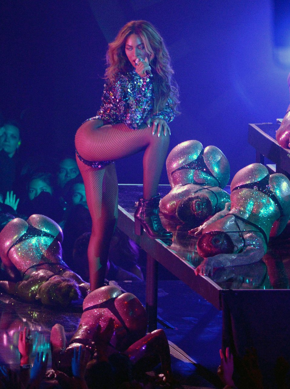 Beyonce flashes bare butt in bodysuit during tour